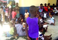 Bambini e donne Ijaw rifugiati nel campo di Ogbeh-Ijoh