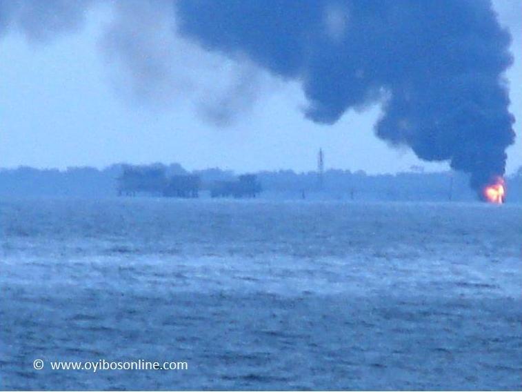 La foto inviata dal Mend a TheTimesofNigeria con i Cluster 11 e 30 in fiamme dopo l'attacco