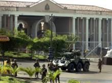 Carri armati davanti alla Casa Presidenziale