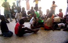 Bambini Ijaw rifugiati nel campo di Ogbeh-Ijoh