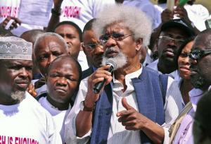 Wole Soyinka, 76 anni, durante una manifestaione contro il vuoto di potere in Nigeria